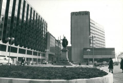 Az egykori Hotel Forum, ma Hotel InterContinental, előtte báró Eötvös József szobrával