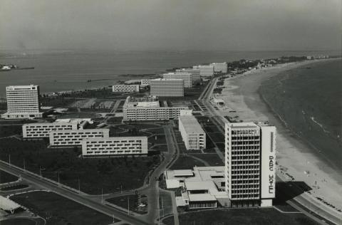 Mamaia partja, előtérben a Hotel Park Mamaia