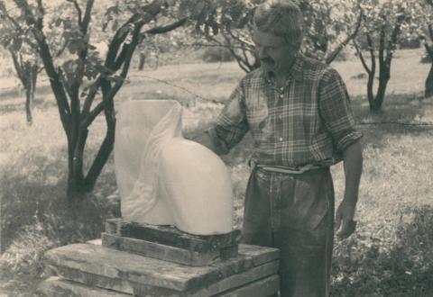 Borsos Miklós Vénusz születése című szobortorzójával a tihanyi kertben