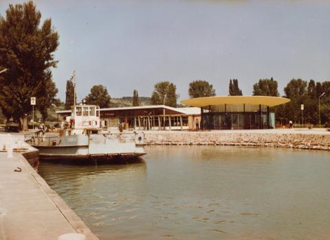 A tihanyi rév hajóállomása és üzletsora