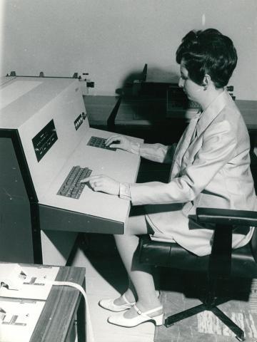 """Munkaszobai pillanatkép egy korabeli """"számítógéppel"""""""