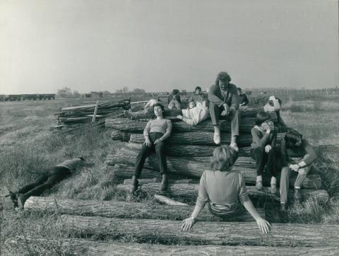 Pihenő fiatalok kommunista szombaton