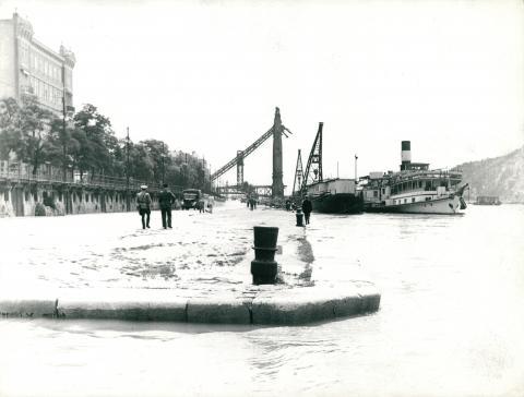 A felrobbantott Erzsébet híd pesti hídfőjének maradványa