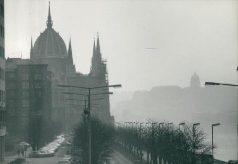 A Parlament a Jászai Mari tér felől nézve, háttérben a Budai Vár