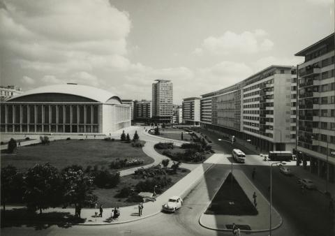 A Strada Ion Câmpineanu Bukarestben, a kép bal szélén a  Sala Palatului (Palotacsarnok)