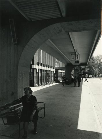 Várakozás az ajkai autóbusz-buszpályaudvar peronjánál