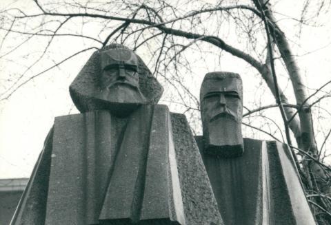 Marx és Engels szobra a Jászai Mari téren