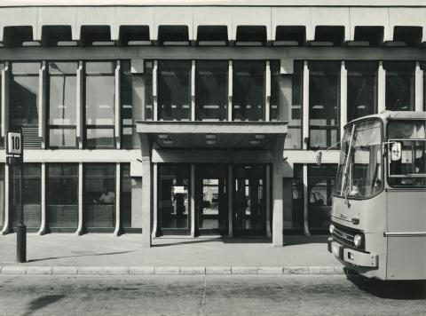 10-es peron az ajkai autóbusz-buszpályaudvar épülete előtt