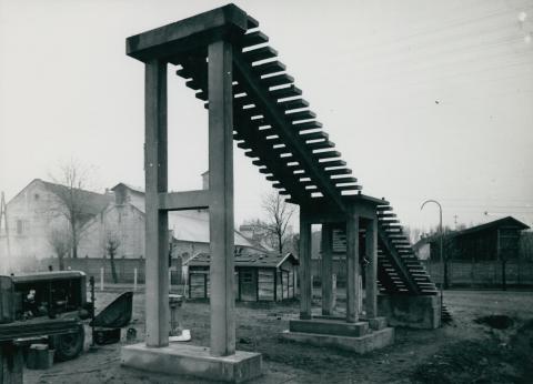 Vasút feletti átkelő híd lépcsőjének építése