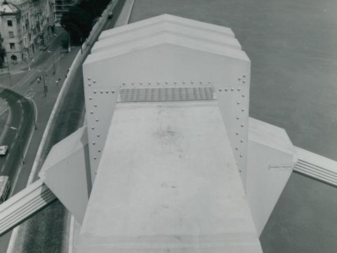 Az Erzsébet híd egyik hídtagjának csatlakozása