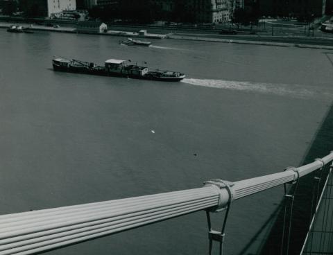 Az Erzsébet híd függesztőkábelei háttérben egy hajóval