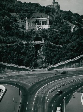 Az Erzsébet híd budai hídfőjének csomópontja háttérben a Gellért szoborral