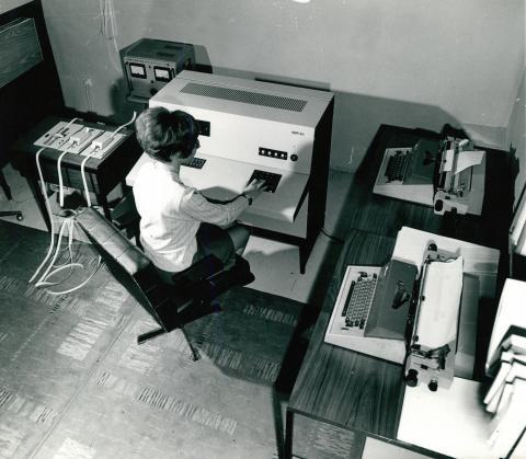 """Munkaszobai pillanatkép egy korabeli """"számítógéppel"""" és írógépekkel"""