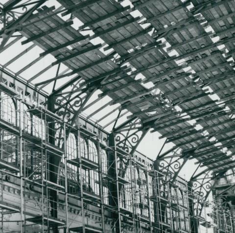Szerelőpallók a Nyugati pályaudvar tetőszerkezetének renoválásakor