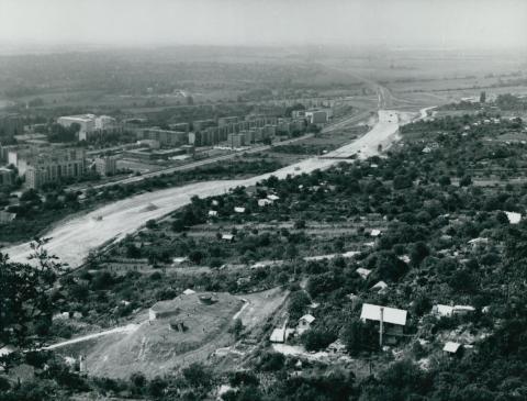 Az M1-es autópálya építése, Tatabánya-Újvárossal a háttérben