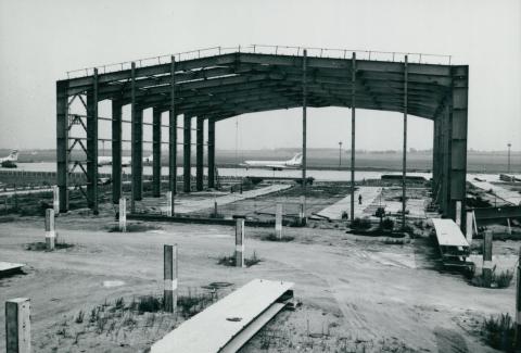 A ferihegyi repülőtér egyik hangárjának építése