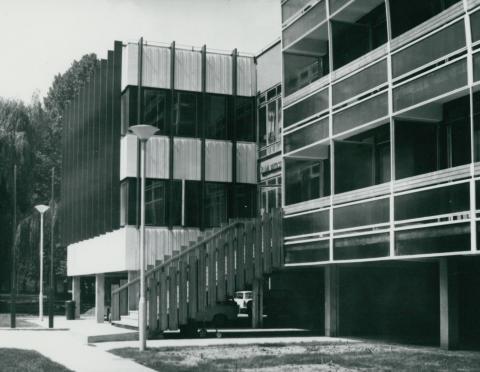 A békásmegyeri Állami Biztosító Üdülő és Oktatási Központ főhomlokzata