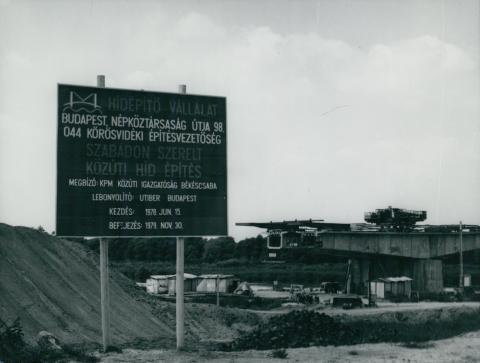 A körösladányi Sebes-Körös híd építésénél kihelyezett információs tábla