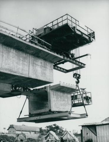 Hídpálya elemének helyére illesztése a körösladányi Sebes-Körös híd építésénél