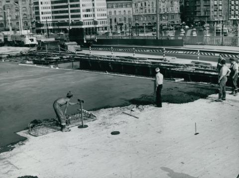 Aszfaltburkolat lerakása a Petőfi híd tatarozása közben