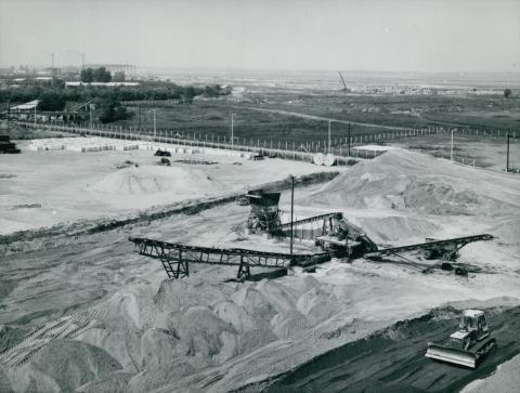 A ferihegyi leszállópálya építési területe mellett álló nyersanyagtároló