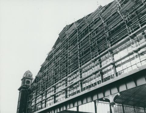 A Nyugati pályaudvar felállványozott hátsó függönyfala