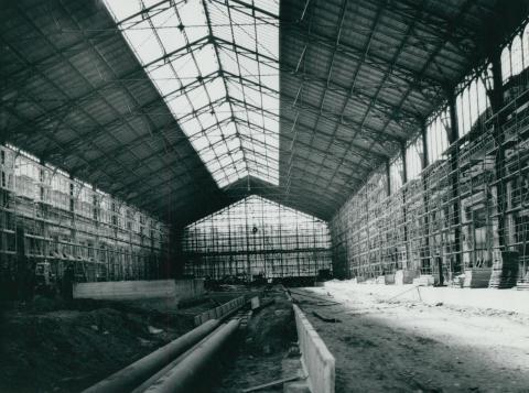 Közműcsövek telepítése a Nyugati pályaudvar felvételi épületében