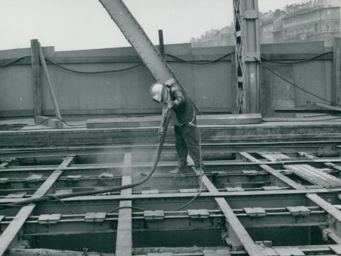 A Szabadság híd acél felszerkezeti elemeinek takarítása