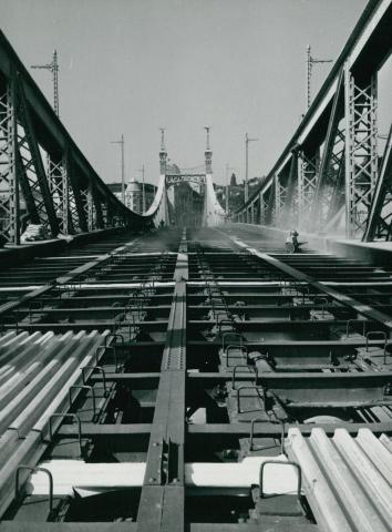 A Szabadság híd acél elemeinek felülettisztítása