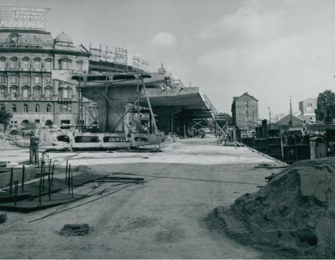 A Nyugati tér rendezése előtérben az épülő közúti felüljáróval