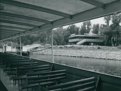 A szentendrei hajóállomás épülete a Dunáról nézve