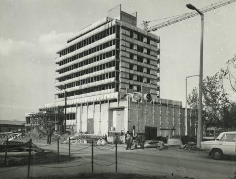 Az ÁB gépkocsi kárfelvételi épülete építés közben
