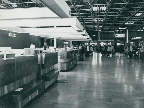 Utasok a Ferihegyi repülőtér indulási csarnokában
