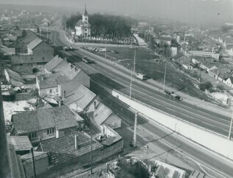 Látkép a 25-ös út átvezető szakaszának felüljárójáról Egerben