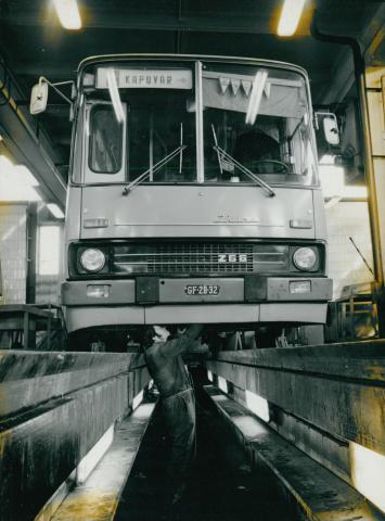 Autóbusz szerelése egy Volánbusz telep szervizében