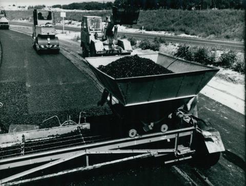 Az M1-es autópálya aszfaltburkolatának lerakása