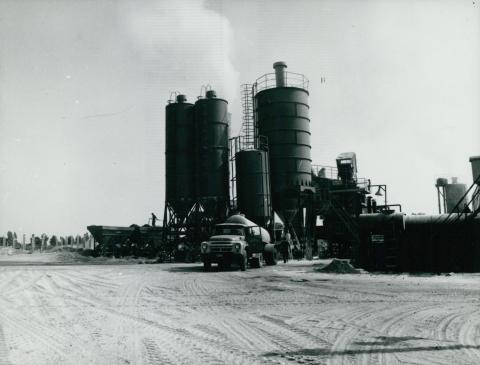 Kihelyezett nyersanyagtárolók az M1-es autópálya építési területén