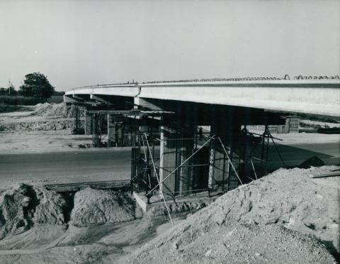 Az M1-es autópálya felüljárójának vasbetonelemei