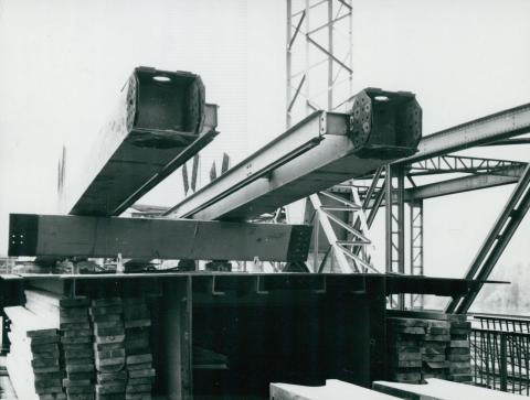 Az algyői vasúti híd új ártéri szakaszának előregyártott elemei
