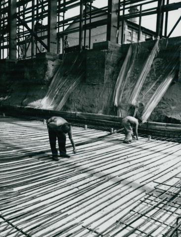 Betonvasak telepítése az IKARUS gyár csarnokának alapozásakor