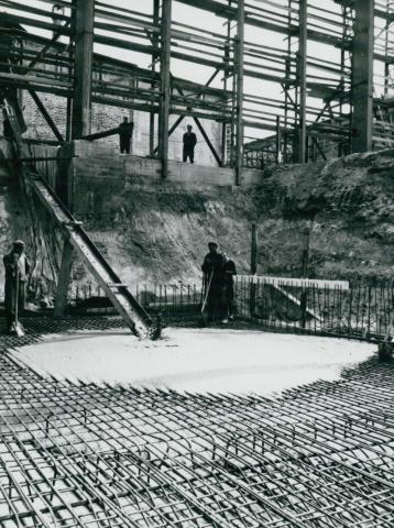 Az IKARUS gyár csarnokának készülő vasbeton alapozása