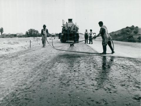 Aszfaltréteg lerakása az épülő M3-as autópályán