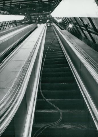 A Deák téri metró mozgólépcsőinek építése