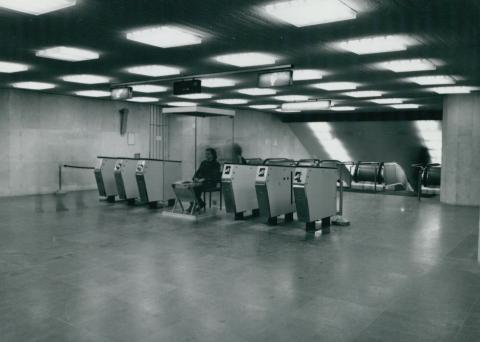 Jegykezelés a Deák téri metró aluljáróban az 1970-es években