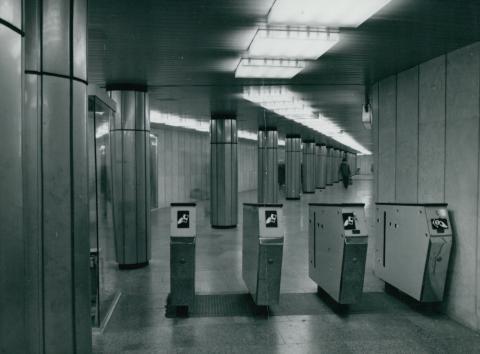Jegykezelő gépek a 3-as metró Deák téri állomásánál az 1970-es években
