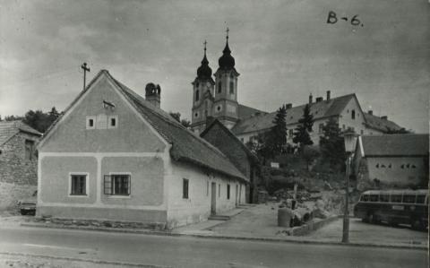 A Kossuth Lajos utca egyik műemléképülete Tihanyban