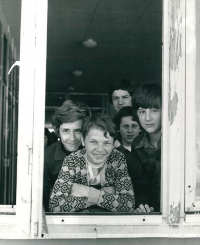 Ablakon kinéző fiúk
