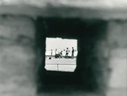 Tető felmérése rés mögül fotózva