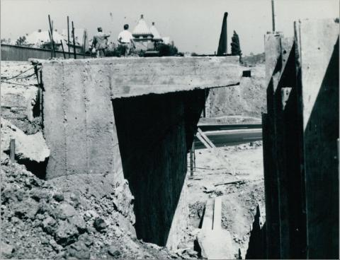 A Nagyszőlős utca felett átívelő Budaörsi út felüljárójának építése