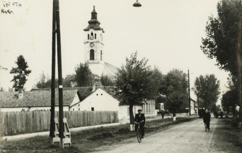 Kistelek, útkereszteződés a Majsai útról nézve, háttérben a katolikus templom